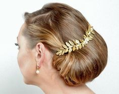 Add a soft woodland flourish to your wedding day look with our Laurel Gold Headpiece, hand pressed golden leaves lend a rustic look to your wedding day hair. Bridesmaid Hair Tutorial, Bridesmaid Hair Updo, Braided Hairstyles, Wedding Hairstyles, Luxe Wedding, Wedding Details, Pearl Headpiece, Long Curls, Hair Comb Wedding