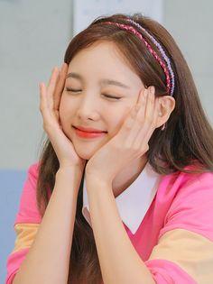 Twice 2020 Season's Greetings - Nayeon South Korean Girls, Korean Girl Groups, Nayeon Twice, Twice Kpop, Im Nayeon, Knot Headband, Pearl Headband, Queen, Mamamoo