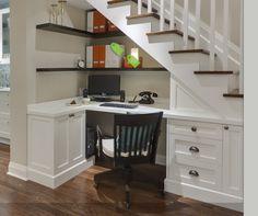 Escritorio o rincón de estudio para aprovechar el espacio debajo de la escalera