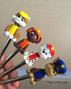На страже 😜🙌🏼 Polymer Clay Pens, Polymer Clay Projects, Polymer Clay Creations, Diy Clay, Paw Patrol Decorations, Fondant Animals, Pencil Toppers, Clay Ornaments, Clay Design