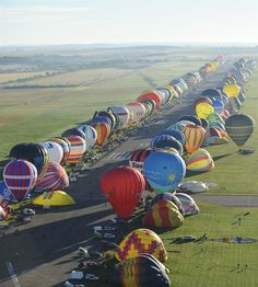 40 beautiful Photography air balloon festival A biggest air balloon world record at France . Air Balloon Rides, Hot Air Balloon, Balloon Race, Air Balloon Festival, Air Ballon, Big Balloons, Above The Clouds, Pictures Of The Week, Expositions