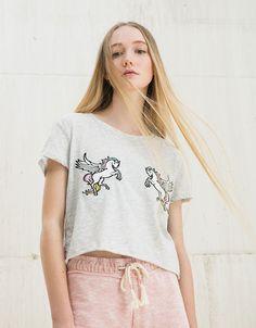 T-shirt patchs Unicorns/Bananas/Rainbows. Découvrez cet article et beaucoup plus sur Bershka, nouveaux produits chaque semaine.
