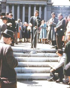 1960. 11 Avril. Presidential Campaign in West Virginia Photograph. John F. Kennedy giving a speech on the steps at the State Capitol during the West Virginia primary campaign, Charleston. David Todd Carden Collection