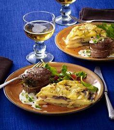 Das Rezept für Französisches Kartoffelküchlein mit Zwiebeln, Feldsalat und Schweinemedaillons und weitere kostenlose Rezepte auf LECKER.de