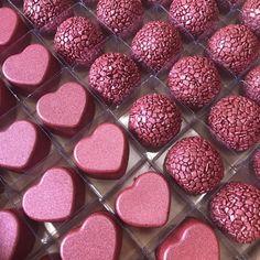 Salve este Pin e clique 2 vezes na foto, Receba mais de 50 receitas de brigadeiros gourmet deliciosos, Vc vai amar! Chocolates, Candy S, Pink Love, Food Gifts, 21st Birthday, Food And Drink, Baking, Sweet, Bolo Chocolate