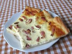 Bryndzový posúch so slaninou Bacon Cake, Slovak Recipes, Party Finger Foods, Savoury Cake, Hawaiian Pizza, Food Porn, Food And Drink, Quiche, Cooking Recipes