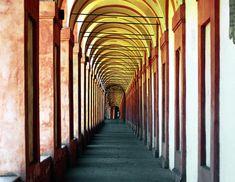 Il vostro viaggio alla scoperta di Bologna inizia dalla fontana del Nettuno, uno dei simboli della città, opera dello scultore fiammingo detto Giambologna. Prima di affacciarvi sullo splendido