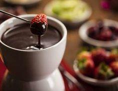 Ingredientes: 170g de chocolate meio amargo 110g de creme de leite fresco 60g de leite 30 ml de conh... - Shutterstock