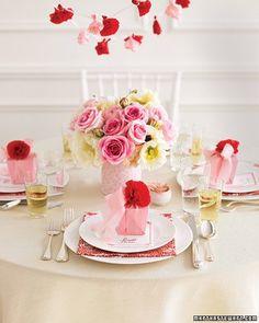 Centrotavola rosa. Acceso o color cipria, il rosa è un colore che quest'anno andrà tantissimo di moda, sia per gli abiti da sposa che per gli addobbi del ricevimento di nozze. Alcune idee di Martha Stewart, sui centrotavola con fiori rosa.