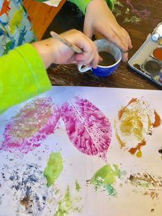 Meine Kinder lieben es, zu tuschen. Mit dem Pinsel wild in Wasserfarben herumzuwischen und in Serienfertigung bunte Tuschebilder zu produzieren. Okay, nach etwa zehn Bildern gibt es fast nur noch B…