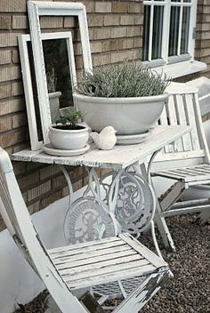 old sewing machine idea - Make your own patio bistro table for your own little backyard escape! Sewing Machine Tables, Treadle Sewing Machines, Antique Sewing Machines, Sewing Table, Painted Furniture, Diy Furniture, Outdoor Furniture Sets, Outdoor Decor, Cottage Chic