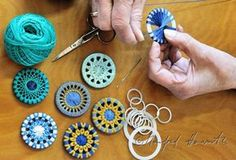25 + › Erstellung von verdrehten Knöpfen … – Knitting Bordado – The World Crochet Buttons, Diy Buttons, Textile Jewelry, Fabric Jewelry, Yarn Crafts, Fabric Crafts, Dorset Buttons, Fabric Beads, Button Crafts