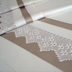 Linens Crochet Borders, Filet Crochet, Crochet Doilies, Burlap Lace, Linens And Lace, Home Textile, Linen Bedding, Handicraft, Diy And Crafts