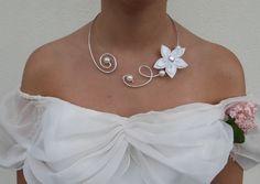 collier de mariée en fil d'aluminium argenté fleur de satin blanche