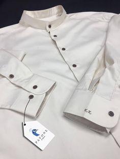 Γαμπριάτικο πουκάμισο,τρικολίνα Ελβετίας. Γιακάς ΜΑΟ και κουμπί σκούρο μώβ. Μανσέτα στρογγυλή και μονόγραμμα με καλλιγραφικούς χαρακτήρες στο χρώμα του κουμπιού.