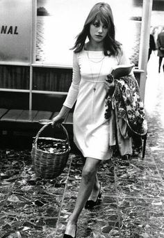 Chances are that cool-girl Jane Birkin would absolutely detest the word chic for fear of being cliché. Come on, the iconic Hermes Birkin bag wasn't named Style Année 60, Mode Style, Style Icons, French Style, French Chic, British Style, 1960s Style, British Fashion, Estilo Jane Birkin