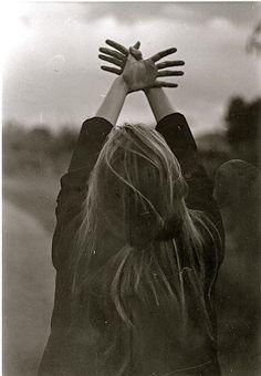 """""""Ya tienes alas para echar a volar"""" - Le dijeron el día de su 18 cumpleaños, pero lo que no sabían era que ella nunca se había sentido enjaulada, que ya había aprendido a volar, solo que se sentía más libre cuando volaba con ellos."""