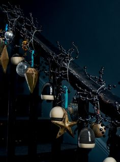 14 dark Christmas stairs decor with bells, black berries and vintage ornaments - DigsDigs Christmas Stairs, Dark Christmas, Christmas Mood, Modern Christmas, Christmas 2017, Christmas Themes, Christmas Ornaments, Holiday Decor, Christmas Mantles