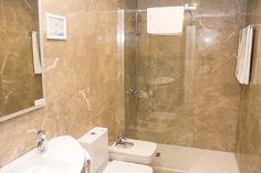 Baño completo, totalmente reformado con plato de ducha rectangular #gijon #hotelescentrogijon #