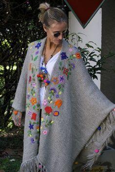 Las Dumas crochet flower shawl for comfortable boho,gypsy,mexican chic Más Mexican Embroidery, Wool Embroidery, Embroidery Stitches, Embroidery Patterns, Knitting Patterns, Crochet Patterns, Flower Embroidery, Bonnet Crochet, Crochet Shawl