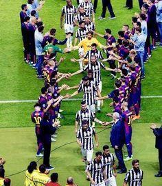 Piękny moment w futbolu • Piłkarze FC Barcelony zrobili szpaler pokonanym tuż po finale UEFA Champions League • Wejdź i zobacz >>