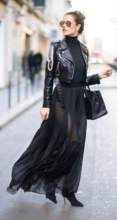 Tenue: Veste motard en cuir noire, Pull à col roulé noir, Jupe longue en chiffon noire, Cuissardes en daim noires