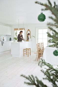 White, green and woody are the three whales on which many interiors are built. With this combination, designers achieve the effect of environmental ✌Pufikhomes - source of home inspiration Norwegian House, Norwegian Christmas, Navidad Natural, Cosy Kitchen, Natural Christmas, Home And Deco, Küchen Design, Merry And Bright, Kitchen Styling