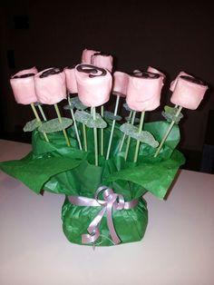 Un ramo de rosas hechas con marsmallows recubiertos de chocolate rosa y negro y una gominola como hoja. El tallo es un palo de pinchito coloreado con tintes de repostería. Bonito y sencillo taller para hacer con los niños. Roses for Book.s Day!!! Marsmallows with pink chocolate.