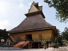Rumah adat batak karo, North Sumatra Home Shelter, House Ornaments, Architecture Old, Roof Design, Traditional House, Instagram Story, Bamboo, Art Deco, House Styles