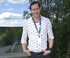 Lauri Tähkä oli mielestään tarpeeksi vanha säveltämään ja sanoittamaan intohimoisen tangon. Tango, Button Down Shirt, Men Casual, Mens Tops, T Shirt, Fashion, Supreme T Shirt, Moda, Dress Shirt