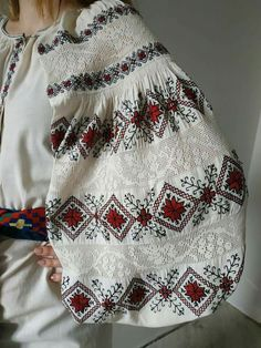 Folk Fashion, Ethnic Fashion, Womens Fashion, Embroidered Clothes, Embroidered Blouse, Fashion Design Classes, Kurti Collection, Sewing Class, Folk Costume