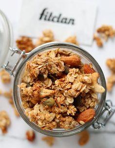 Chrumkavá domáca granola s gréckym jogurtom či proteínom bude možno tvoja raňajková závislosť (Recept) – Fitclan Granola, Cereal, Breakfast, Food, Morning Coffee, Essen, Meals, Yemek, Muesli