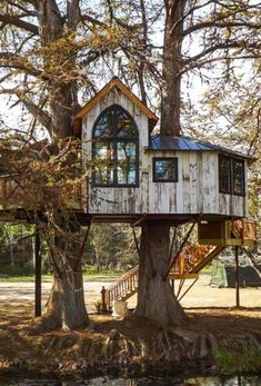 house utopia There are very few white treehouses and we love this one built by treehouse master Pete Nelson at Utopia Treehouses.There are very few white treehouses and we love this one built by treehouse master Pete Nelson at Utopia Treehouses. Adult Tree House, Tree House Plans, Tree House Homes, Diy Tree House, Beautiful Tree Houses, Cool Tree Houses, Treehouse Masters, Importance Of Trees, Backyard Playset