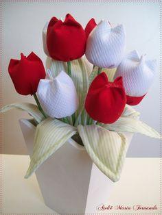 Vaso com tulipasde tecido, nas cores verlhas ou pretas.  Medidas: 27 alt. x 11 larg.  Valor: R$ 52,60 cada.