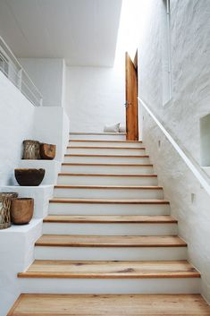Love how long these stairs are- a narrow stairway always makes me feel like I Modern Staircase feel Long Love Narrow Stairs Stairway Home Interior Design, Interior And Exterior, Interior Decorating, Interior Stairs, Architecture Renovation, Rustic Shelves, Display Shelves, Rustic Stairs, House Stairs