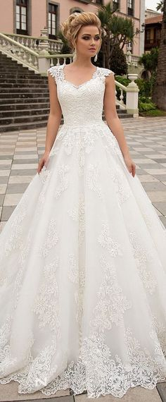 Exquisite Tulle & Organza V-neck Neckline A-line Wedding Dress With Lace Appliques