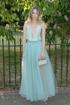 Suki Waterhouse  Summer Party de la Serpentine Gallery à Londres en robe vaporeuse signée Valentino de la collection printemps-été 2015. http://www.vogue.fr/mode/inspirations/diaporama/les-looks-de-la-semaine-du-podium-au-tapis-rouge/21397/carrousel#suki-waterhouse-assistait-la-summer-party-de-la-serpentine-gallery-londres-en-robe-vaporeuse-signe-valentino-de-la-collection-printemps-t-2015