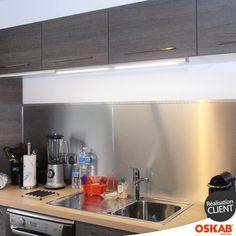 Accessoire de cuisine réglette lumineuse fonctionnant avec LED et interrupteur tactile, à positionner sous un meuble haut pour éliminer les zones d'ombres du plan de travail et des différentes zones d'activités, - www.oskab.com