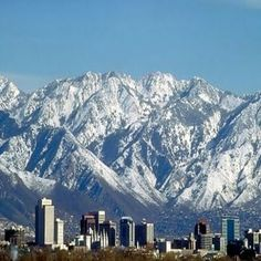 Salt Lake City, a capital e a cidade mais populosa do estado norte-americano do Utah, fica às margens do Grande Lago Salgado.