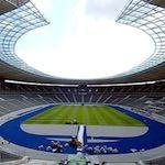 Olympisch stadion:  Het olympisch stadion van Berlijn is tevens de thuisbasis van de Berlijnse voetbalclub Hertha BSC. Hoewel Hertha geen toonaangevende club is in de wereld is het stadion wel het bezoeken waard. Je kunt op eigen houtje rondkijken of deelnemen aan een rondleiding. De rondleiding voert ook naar de kleedkamers, de persruimte en andere plekken waar je anders niet mag komen.