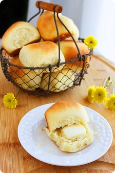 EASY DINNER ROLLS - When fall hits around here, so do a whole mess of soups, stews and slow roasted, melt-in-your-mouth meats with hearty vegetables. But along with a brown sugar glazed pork loin or broccoli-cheddar soup, you can bet your buns there will be dinner rolls on the table, too!