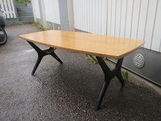 Askon Kontiki -sohvapöytä, malli 50-luvulta. Hyväkuntoinen, mustissa jalkaosissa käytön jälkiä, pöytäpinta hyvässä kunnossa.  Leveys 128 cm, leveys 58 cm, korkeus 46 cm.  MYYTY.