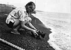 0 Ingrid Bergman at the sea with her puppy dog