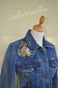 Longue veste en jean, coupe super sympa, décorée façon JoeLesBiscottos Long Denim Jacket, Long Jackets, Facon, Jeans, Sleeves, How To Wear, Cotton, Shirts, Outfits