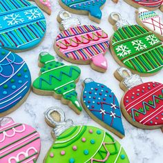 No automatic alt text available. Christmas Biscuits, Christmas Sugar Cookies, Christmas Cupcakes, Christmas Sweets, Holiday Cookies, Christmas Baking, Decorated Christmas Cookies, Decorated Cookies, Fancy Cookies