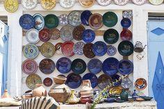 Korut, koriste-esineet, maljakot, taulut, lautaset, matot, saippuat... basaareissa riittää muistoja kotiin vietäväksi. #Marrakech #Aurinkomatkat
