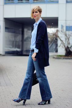 Flared leg denim - blue allover und Perlen am Ärmelabschluss... long cardigan