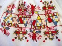 Výšivka s motívom klinčeka zo ženských rukávcov.  Mestečko (okr. Púchov),  začiatok 20. storočia. Depozitár ÚĽUV. Foto O. Danglová