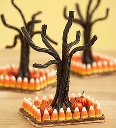 Use candy corn, licorice and a chocolate covered graham cracker to create a spooky Halloween tree! Add some miniature pumpkins to embellish your Halloween scene even more. Creepy Halloween Food, Fröhliches Halloween, Hallowen Food, Hallowen Ideas, Holidays Halloween, Halloween Decorations, Halloween Centerpieces, Halloween Table, Halloween Clothes