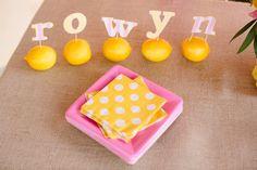 Una mesa preciosa para una fiesta amarilla y rosa / A lovely table setting for a yellow and pink party